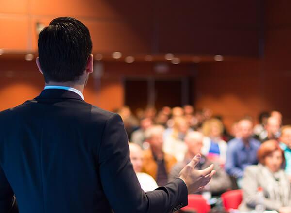 Redner vor Publikum auf Konferenz